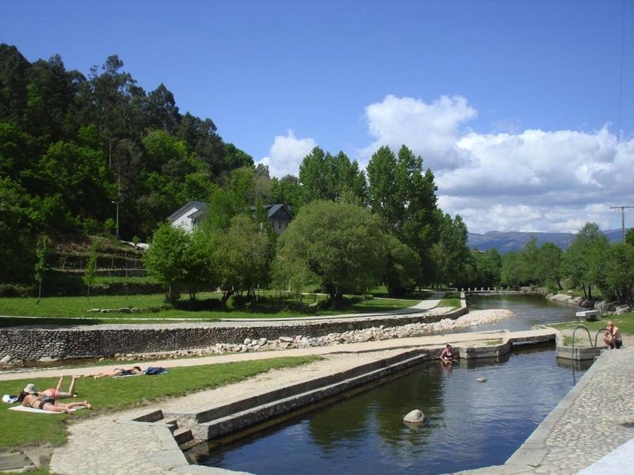 En estas termas públicas, las aguas humeantes termales manan a 77º y se mezclan con las más frías del río Caldo, uno de los ríos termales mejor conservados de Galicia. La foto es en verano, pero es posible bañarse en invierno.