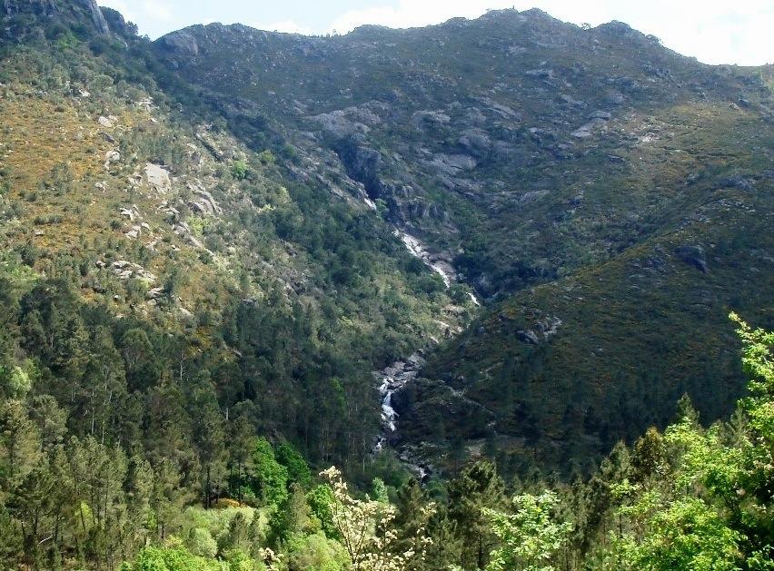 La cascada de Corga da Fecha, un espectáculo en invierno. Posee numerosas pozas de agua cristalina, ideales para bañarse (con mejor tiempo).