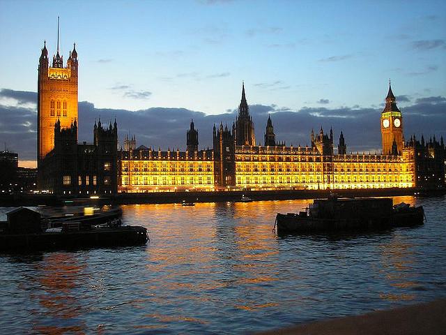El Parlamento británico junto al Támesis.