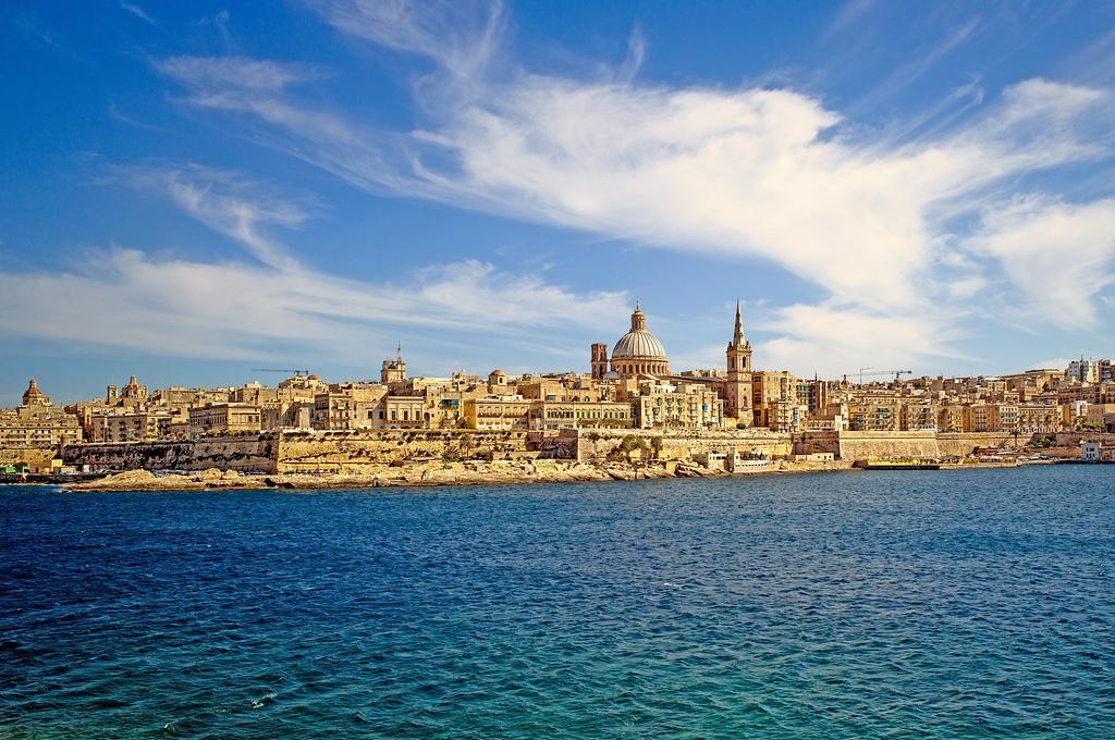 Vista de La Valletta, ciudadela de los Caballeros de San Juan, ciudad pequeña, animada y barroca.