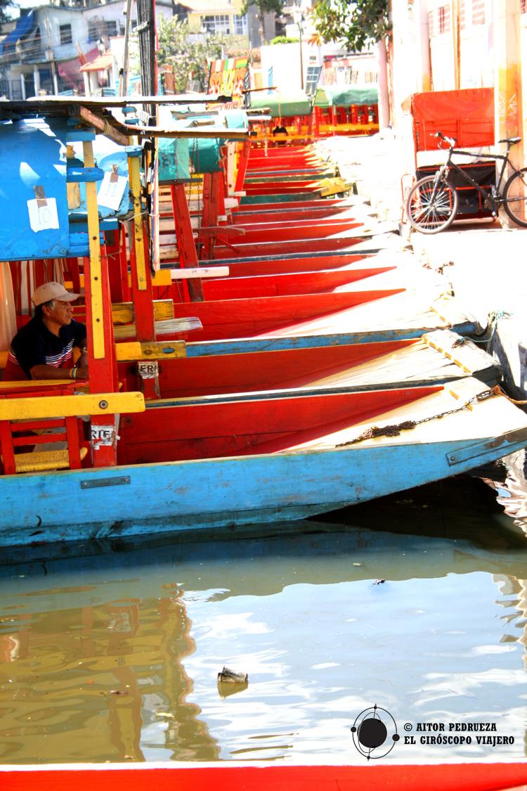 Trajineras coloridas en los canales de Xochimilco