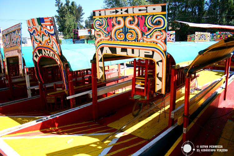 Trajineras en el canal de Xochimilco en Ciudad de México