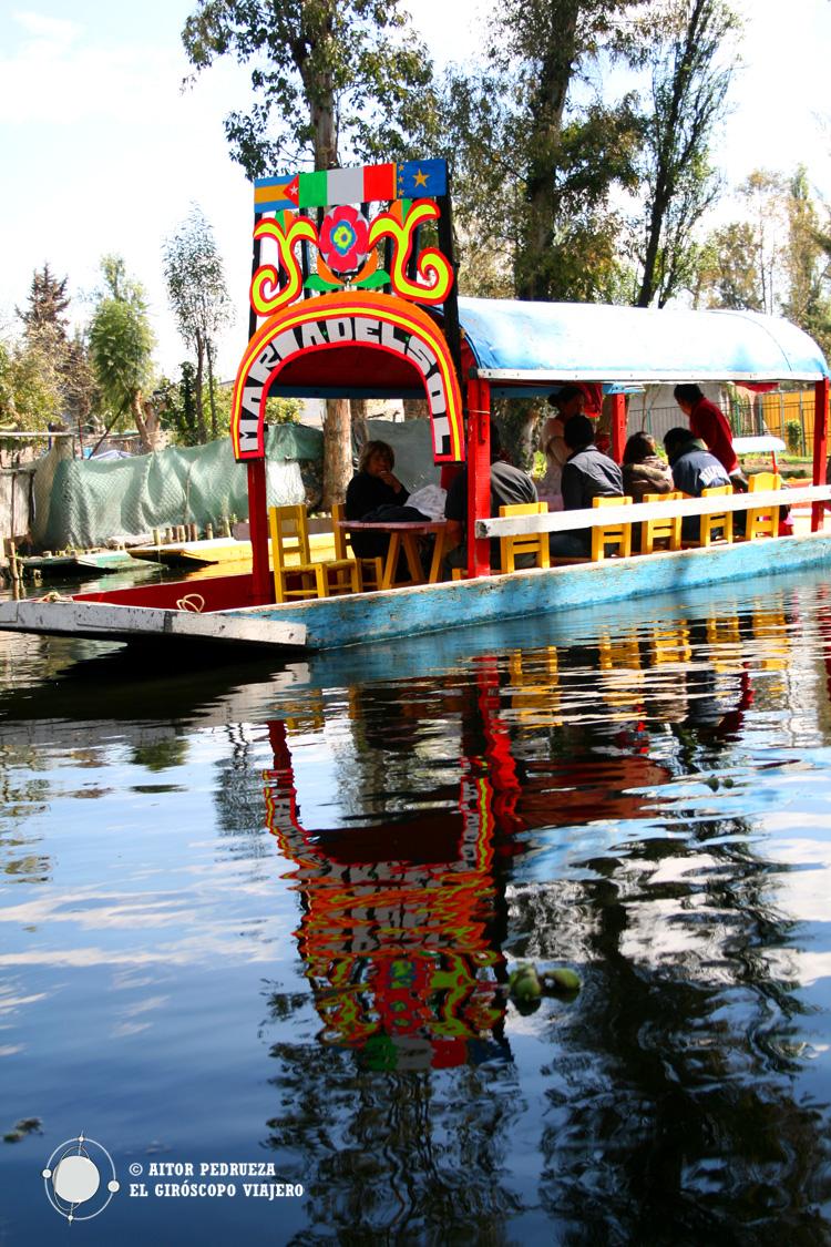 Trajineras discurriendo por el canal mayor de Xochimilco