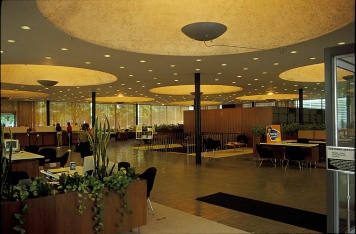 Interior del Irwin Bank and Trust, diseñado por Eero Saarinen.