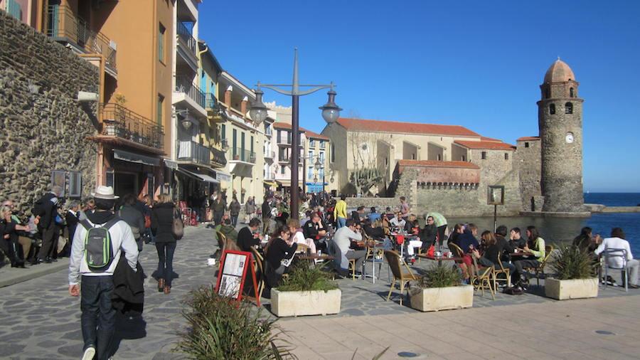 Collioure, un pueblo encantador, donde pueden disfrutar de unas bellas vistas de la playa y las colinas circundantes desde una terraza. Foto de María Calvo.