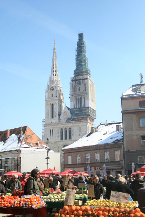 Mercado Dolac con la catedral al fondo