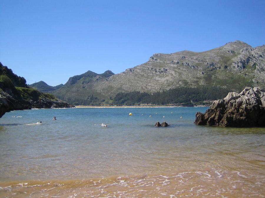Haciendo el muerto en la piscina en la que se convierte la playa de Arenillas cuando sube la marea. Foto de María Calvo.
