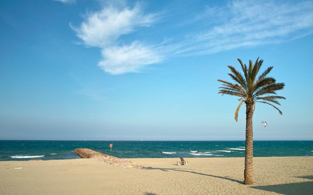 Las inmensas playas de los Pirineos orientales permiten disfrutar en calma del Mediterráneo, incluso en pleno verano. Foto de Jiefpi.