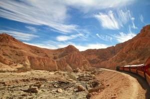 E Lagarto rojo, antiguo tren del Bey de Túnez y vía de salida de las minas de fosfatos, hoy es un tres turístico.