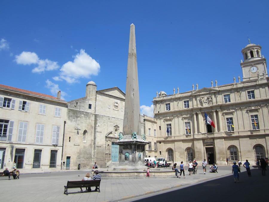La Place de la République de Arles, donde se encuentra la iglesia de Saint Trophime, el ayuntamiento, el Palacio del Arzobispo y el edificio de Correos y Telégrafos. Foto de María Calvo.