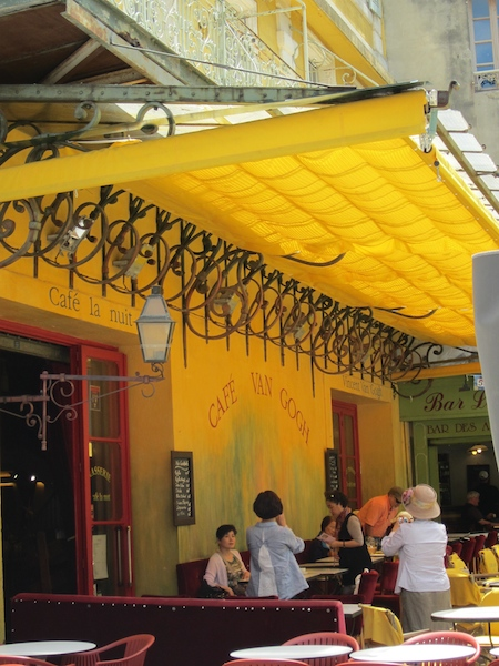 """Una parada en el """"Café Van Gogh"""" que el pintor retrató en su cuadro """"Café le soir""""."""
