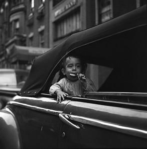 Un niño y su golosina en Nueva York. Vivian Maier.