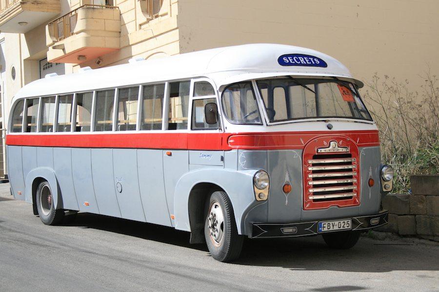 Un autobús de época en las calles de Qala.