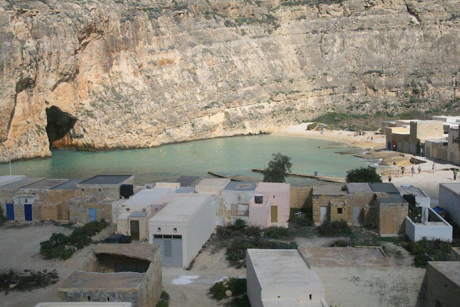 El pequeño lago y el canal que lo une con el mar.