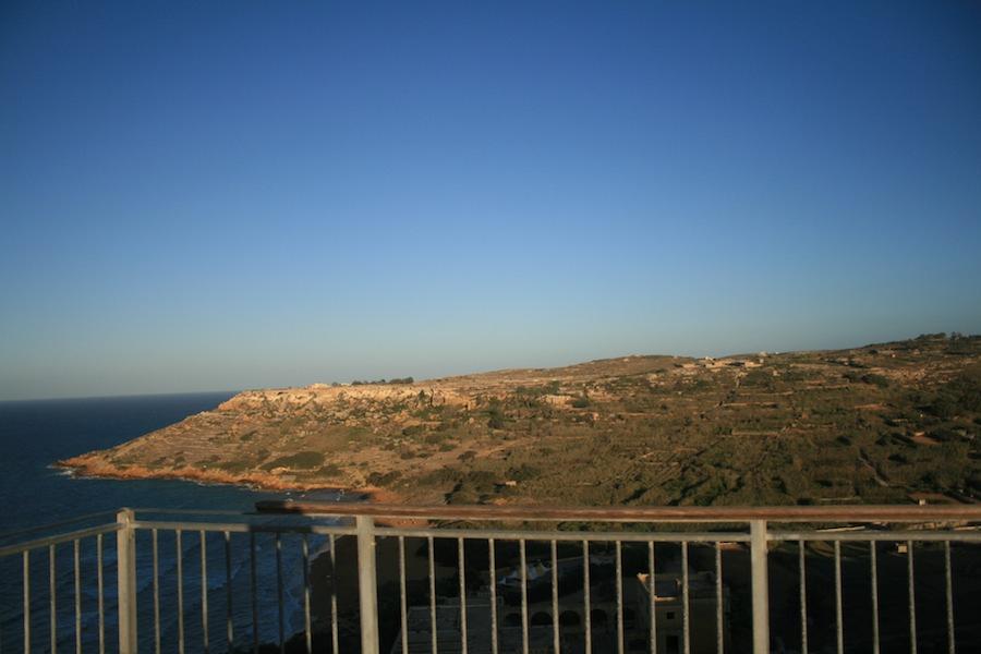 El mirador de la gruta de Calipso, abajo la playa de Ramla Bay.
