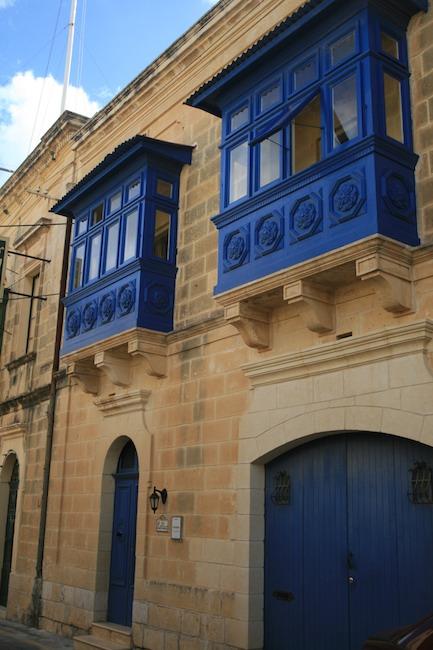 Puertas y balcones en las calles de Nadur. Foto del Giróscopo Viajero © 2014.