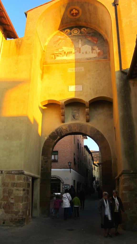 Puerta de entrada a la ciudad medieval de Pienza, Patrimonio de la UNESCO. Foto de El Giróscopo Viajero © 2014.