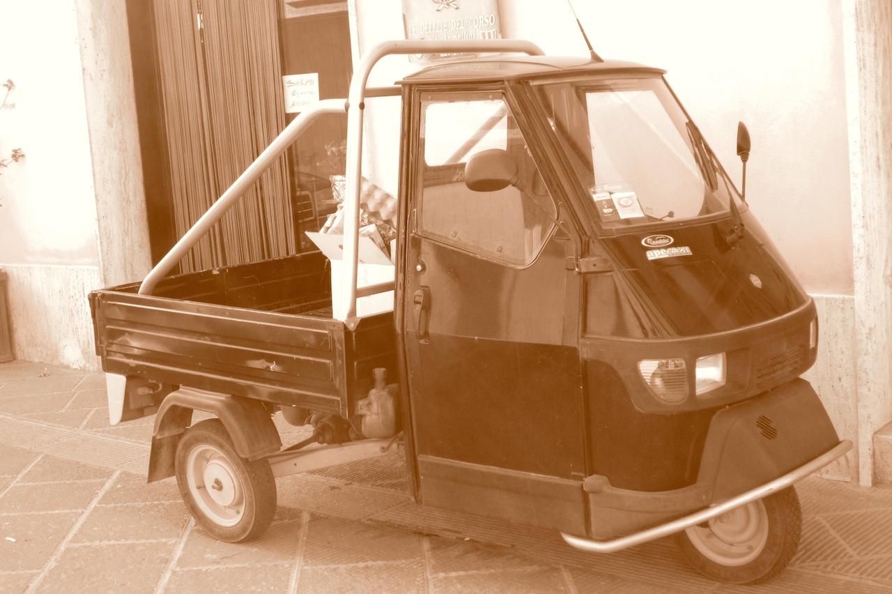 El motocarro Ape, tan popular en la Toscana y en el resto de Italia. Un vehículo que nos apasiona y no dejamos de fotografiar en cada viaje. Foto de El Giróscopo Viajero © 2014.