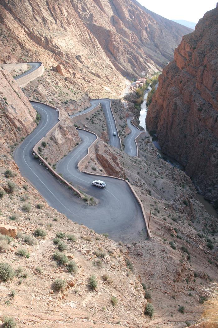 Carretera sinuosa hacia la garganta del Dades. Foto de El Giróscopo Viajero ©