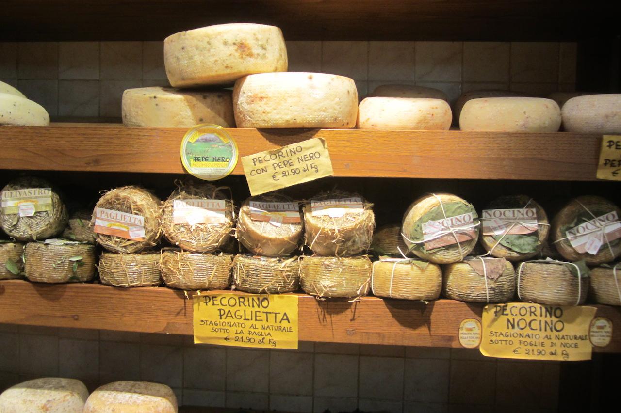 El queso Pecorino, una delicia de la gastronomía toscana, en las tiendas de Pienza. Foto de El Giróscopo Viajero © 2014.