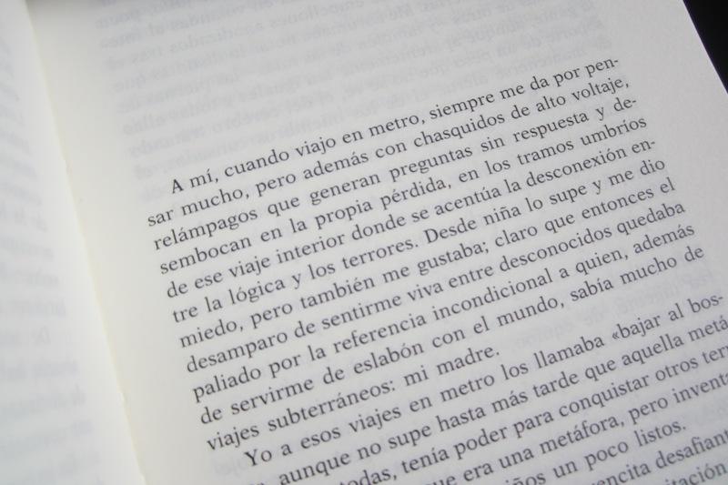 Un libro de papel huele, puede tocarse, puede quererse. Las palabras de Carmen Martín Gaite siempre presentes en mis estanterías. Ⓒ El Giróscopo Viajero.