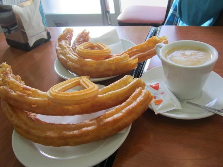 En las cafeterías de Madrid huele por las mañanas a porras y a churros. El Giróscopo Viajero.