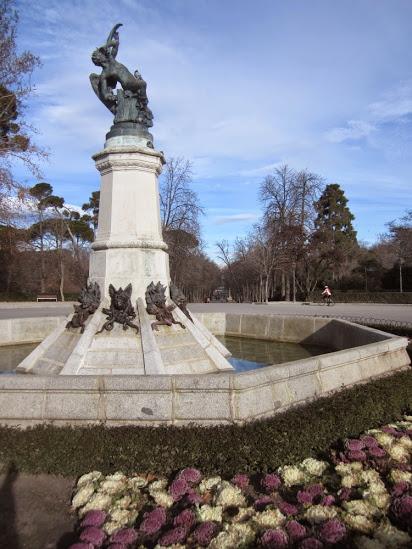 El Ángel Caído, una de las estatuas más bellas de Madrid, situada en el Retiro. Ⓒ El Giróscopo Viajero.