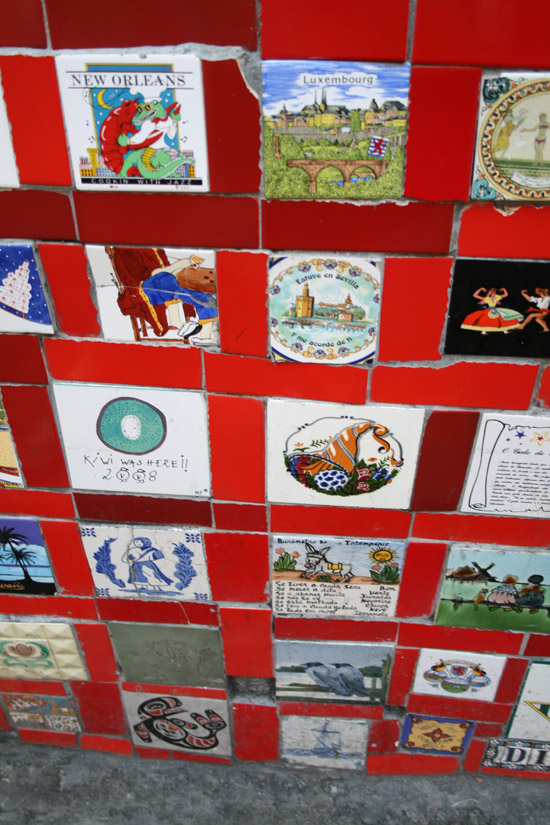 Azulejos de algunos países en la Escalera de Selarón