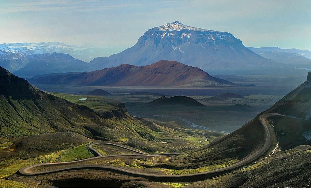 El impresionante monte Herdubreid con casi 1700 metros forma un altiplano de características únicas.