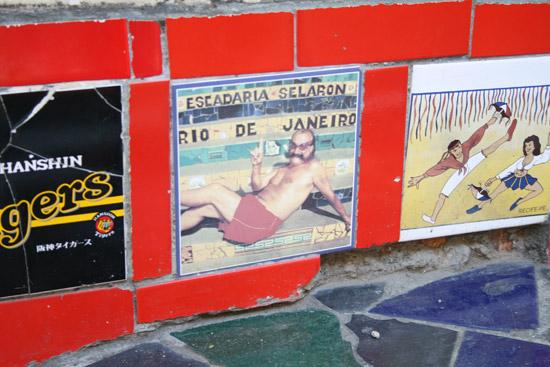Un azulejo con la foto de Selarón en su escalera