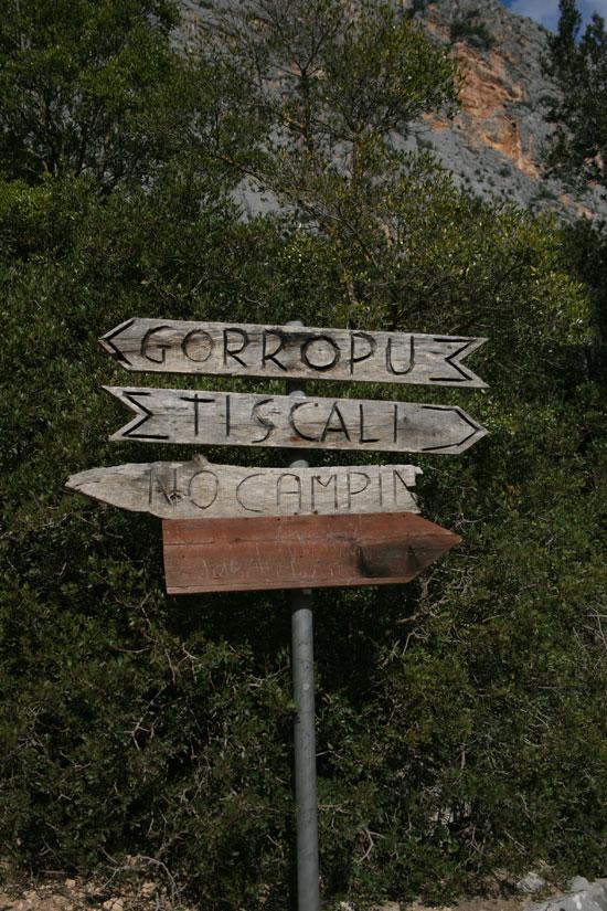 Cartel con indicaciones para el monte Tiscali y la garganta del Gorrupo