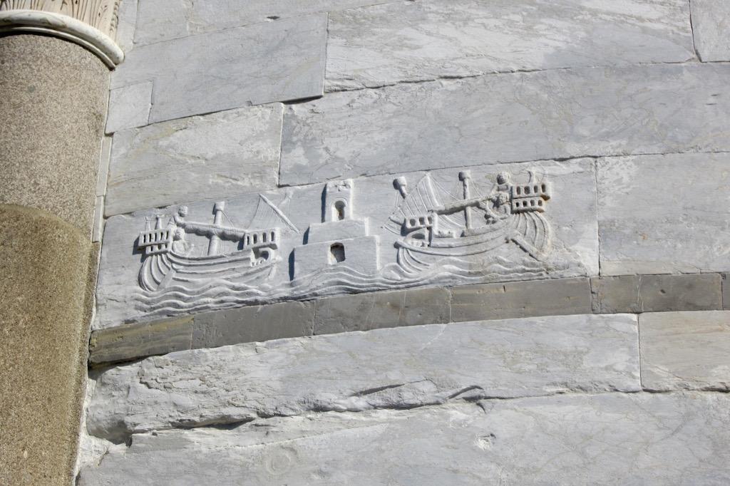 Barcos que invitan al viaje. Bellos relieves grabados en la torre más inclinada del mundo. © María Calvo.