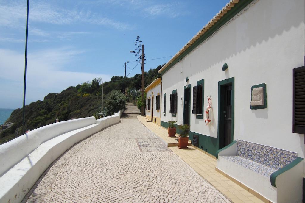 El adoquinado de las calles de Benagil, tan típico de Portugal. © María Calvo.