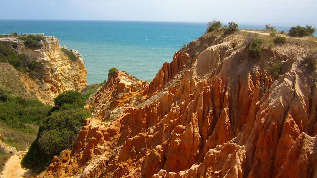 El rojo de las rocas en esta zona de la ruta nos recuerda a los ocres de Roussillon en Provenza. © María Calvo.