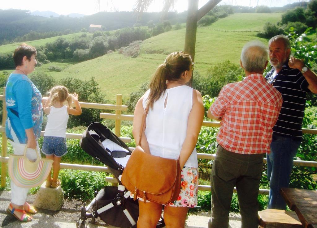 La belleza del paisaje de Cantabria en Vidular, mientras nos explican los diferentes tipos de uva. © María Calvo.