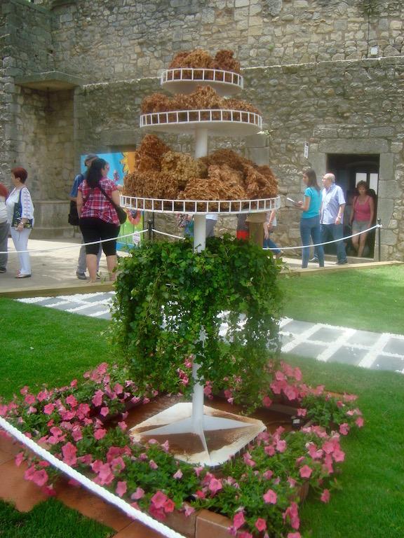 En cada rincón de la ciudad de Gerona se ven composiciones florales en el Temps des flors. © Elbelina Carranza.