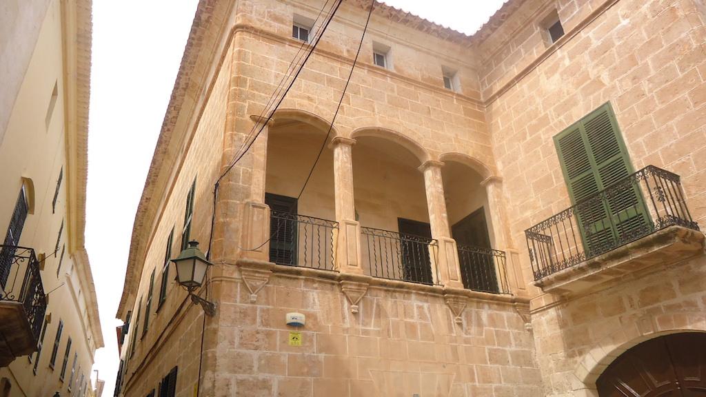 Detalle del patrimonio monumental de Menorca. Vale la pena dedicarle tiempo y recorrer las calles admirando los detalles. © Itxaso Pedrueza.