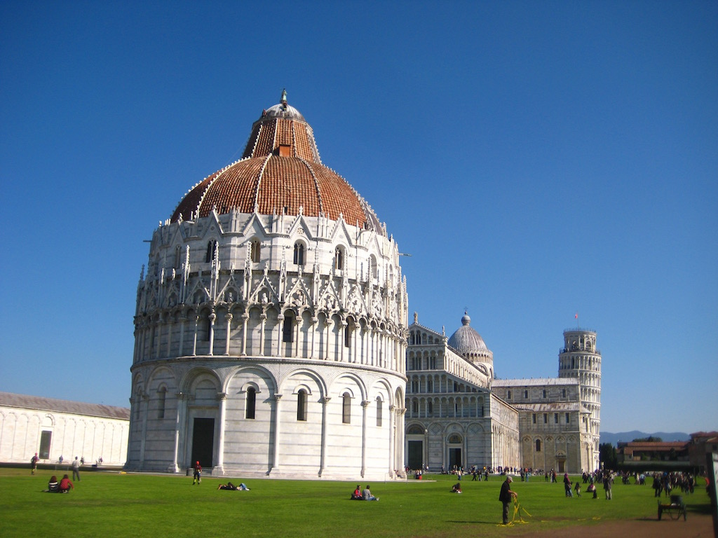 Magnífico, el Campo dei Miracoli, el baptisterio en primer término, el duomo en segundo, y al final, escondida, la torre de Pisa. © María Calvo.