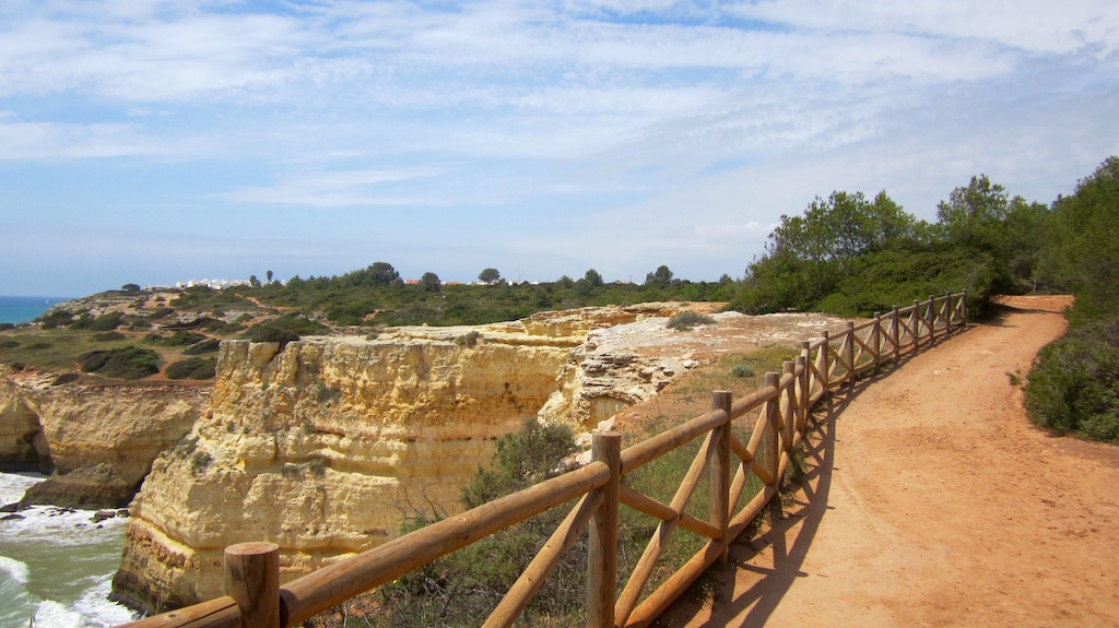 La ruta de senderismo por los acantilados y las grutas de Benagil es ineludible en su viaje al Algarve. © María Calvo.