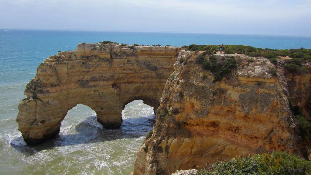 Los magníficos arcos esculpidos por el Atlántico en los acantilados de Benagil. © María Calvo.