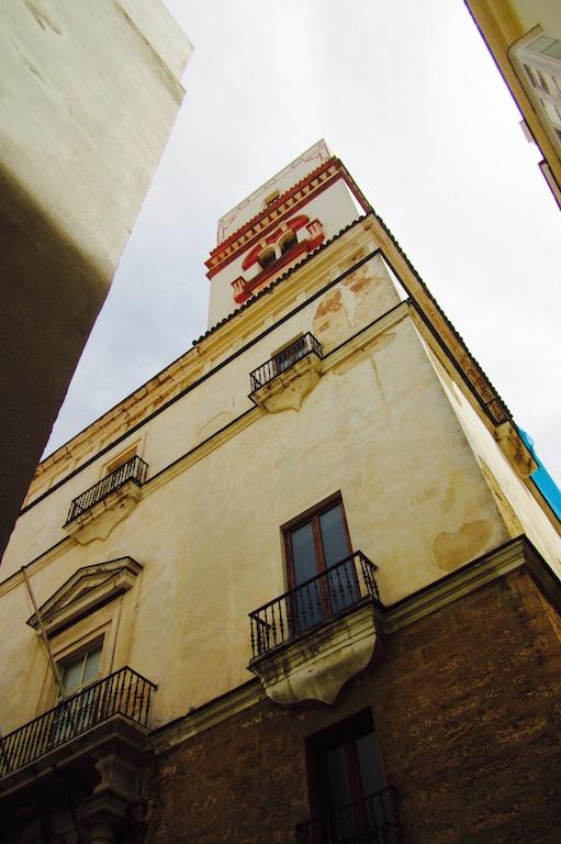 Discreta, la Torre Tavira sólo espera que la encontremos para desvelarnos sus misterios. © María Calvo.