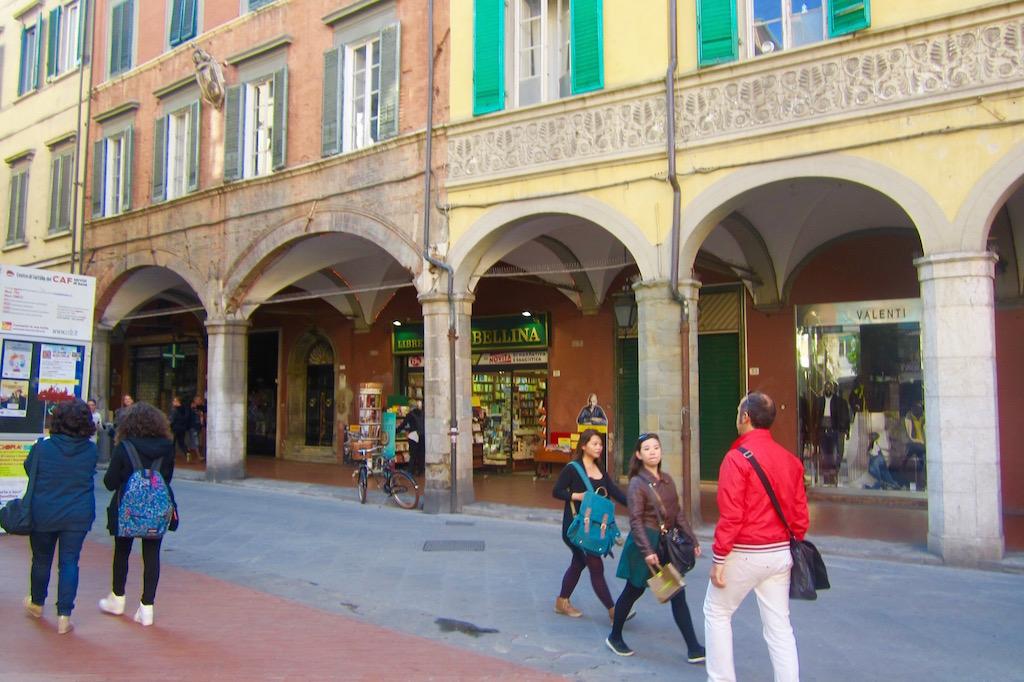 Las calles de Pisa encantan al viajero, por su colorido, su encanto. © María Calvo.