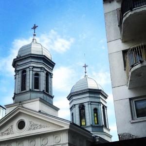 Más contrastes en la calle más glamourosa de Bucarest. ©Íñigo Pedrueza.