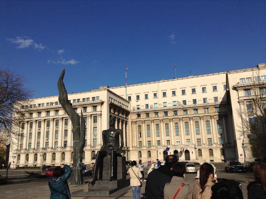 Plaza de la Revolución, donde se mezcla el terror del pasado y el orgullo de haber hecho caer a un tirano. ©Íñigo Pedrueza.