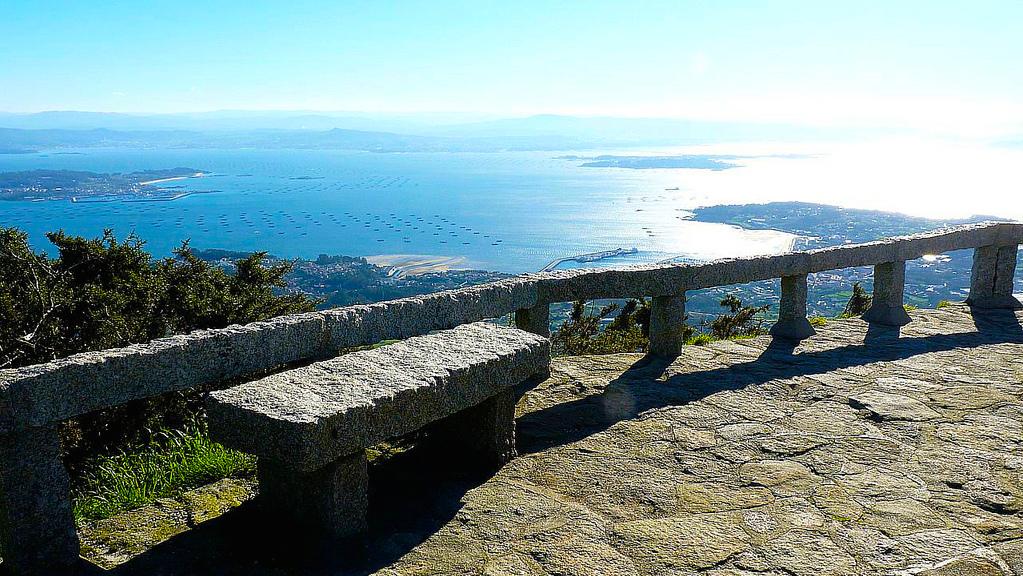 Mirador de La Curota a más de 600 metros de altura que permite ver las dos rías que rodean la península de Barbanza.