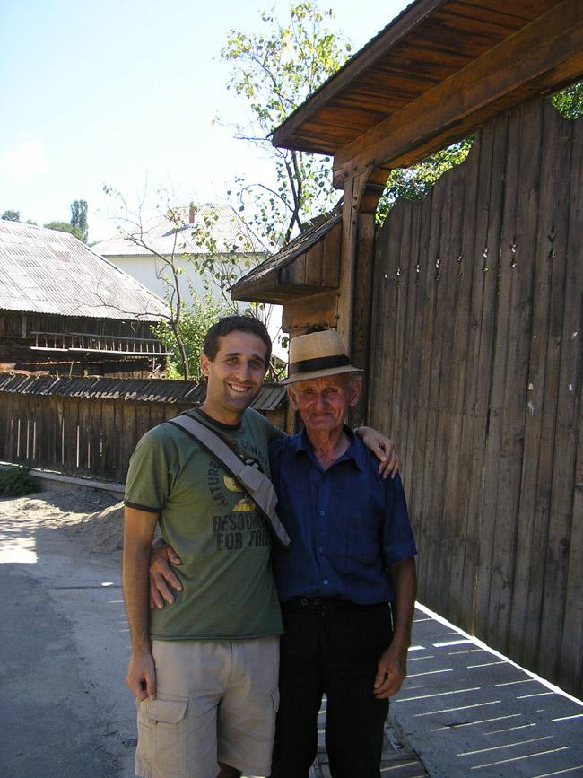 Foto con nuestro anfitrión rumano y su casa