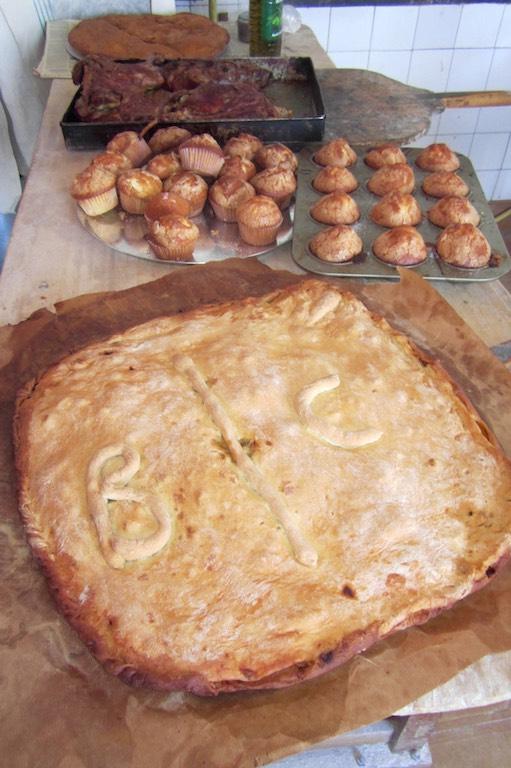 Delicias de la gastronomía gallega: la imprescindible empanada, magdalenas, la bica mantecada, pan gallego...todo hecho en un horno de leña. ©María Calvo.