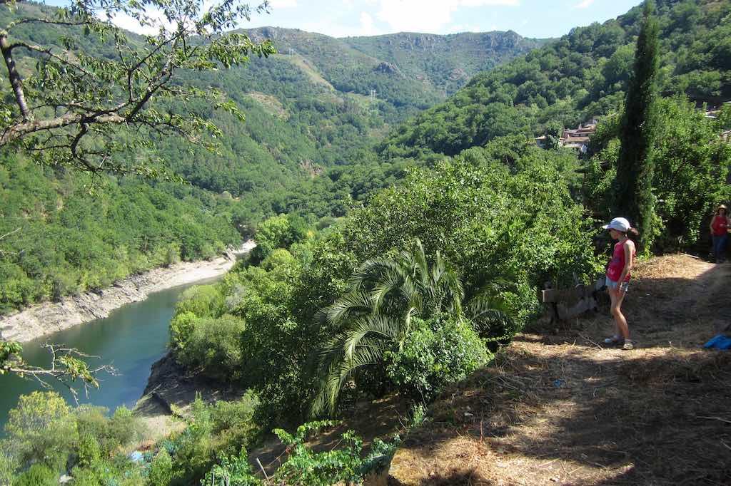 Comienza en el pueblo de la ruta mirando al Sil. ©María Calvo.