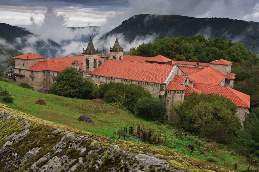 El Monasterio de Santo Estevo de Sil, una joya del románico que mira al Cañón del Sil. Foto de Juan Quique.