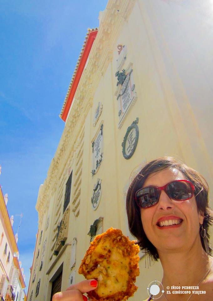 Ante el edificio que honra la primera Constitución española, sabereamos las deliciosas tortillitas de camarón.
